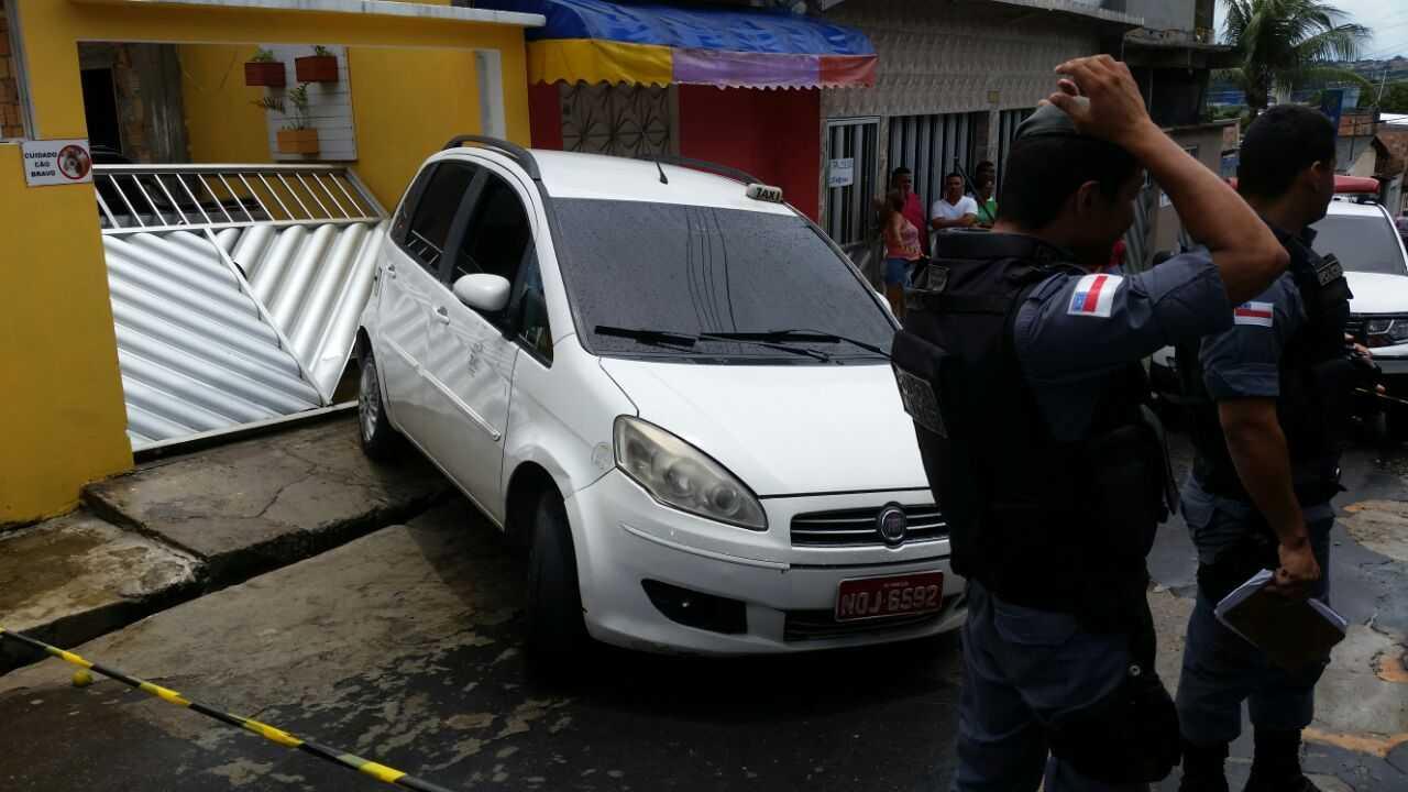Taxista e alvejado a tiros enquanto dirigia e carro desgovernado invade casa - Imagem: Via Whatsapp