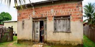 Mãe de Gleici na casa em que a família mora, no Acre Foto: Jardy Lopes