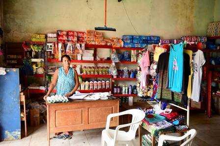 Família de Gleici compra fiado na mercearia da região Foto: Jardy Lopes