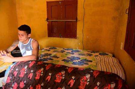 Irmão de Gleici dorme na sala da casa com ela Foto: Jardy Lopes