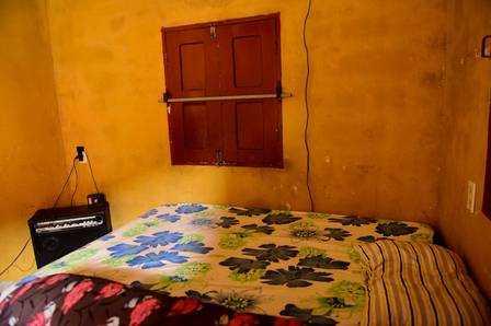 Cama de Gleici fica na sala da casa, atrás do sofá Foto: Jardy Lopes