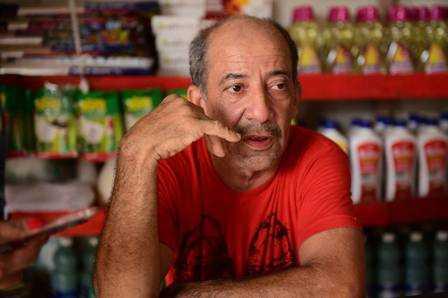 O comerciante Manoel Malveira deu um crediário para Gleici comprar fiado Foto: Jardy Lopes