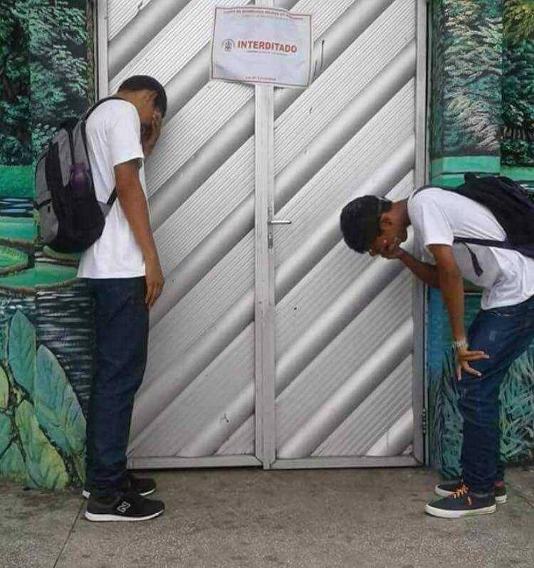 """Alunos fazem foto em frente à casa noturna """"Natureza"""", interditada pela polícia no último final de semana na Zona Leste de Manaus, e a foto viraliza."""