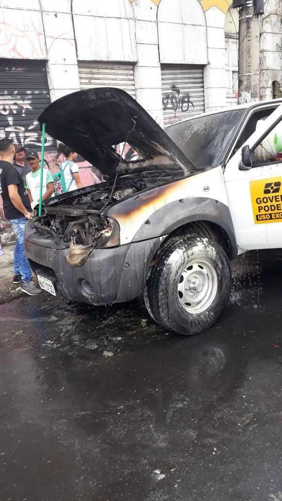 Carro do IBGE pega fogo no Centro de Manaus e Bombeiros sao acionados: Imagem: Grupo Notícias do Amazonas