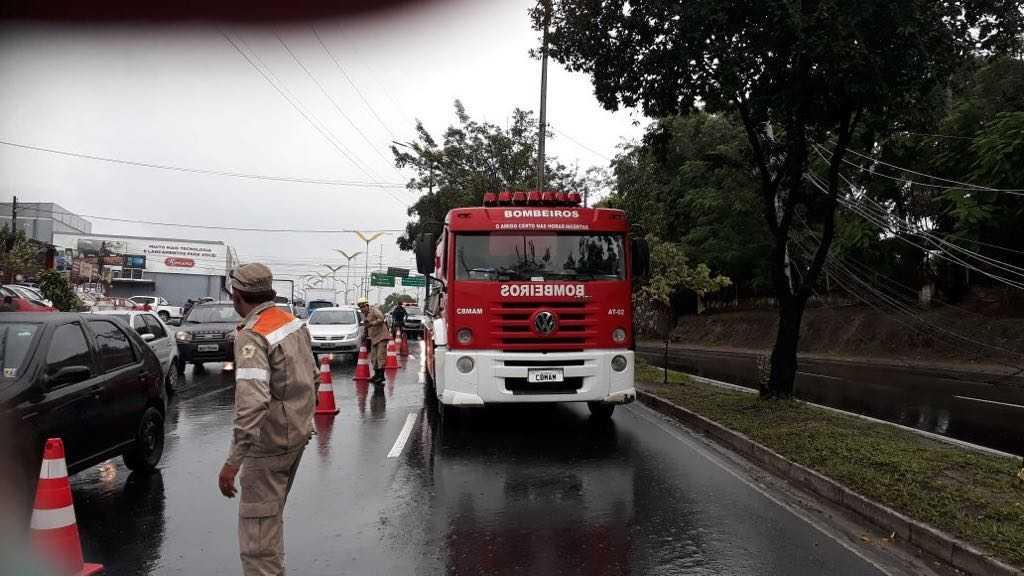 Carros são atingidos por postes de energia elétrica - Imagem: Via Whatsapp