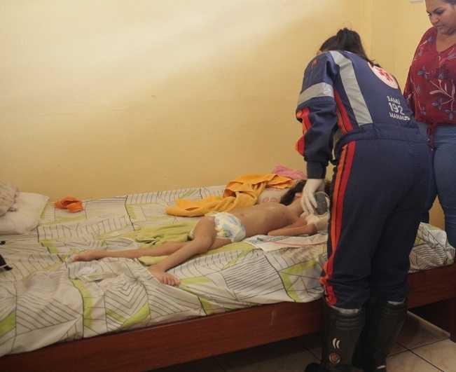 Em Manaus, criança com microcefalia, abandonada em apartamento, é levada para abrigo - Imagem: Raquel Miranda