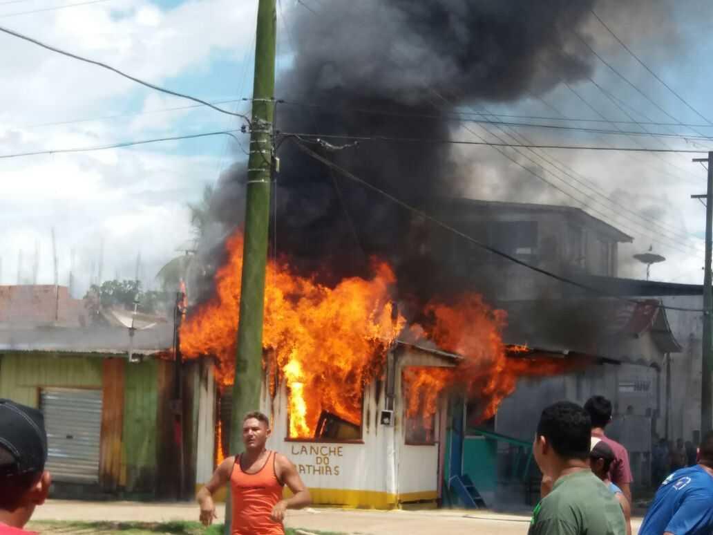 Incêndio destrói estabelecimentos comerciais em Anamã - Imagem: Reprodução