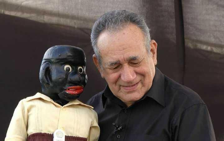 Oscarino Varjão e o boneco Peteleco - Imagem: Divulgação