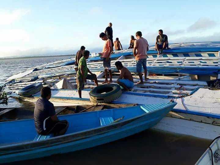 """No Amazonas, barco """"Amazônia de Deus"""" bate em tronco e naufraga no rio Solimões - Imagem: Via Whatsapp"""