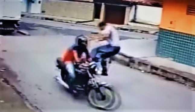 """Vítima reage a assalto e dá """"voadora"""" em bandido - Imagem: Reprodução"""