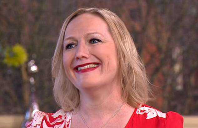 Jayne Hardmanrevelou quea usa uma prótese nasal após a doença auto-imune granulomatose ter devastado seu rosto / Foto : Divulgação