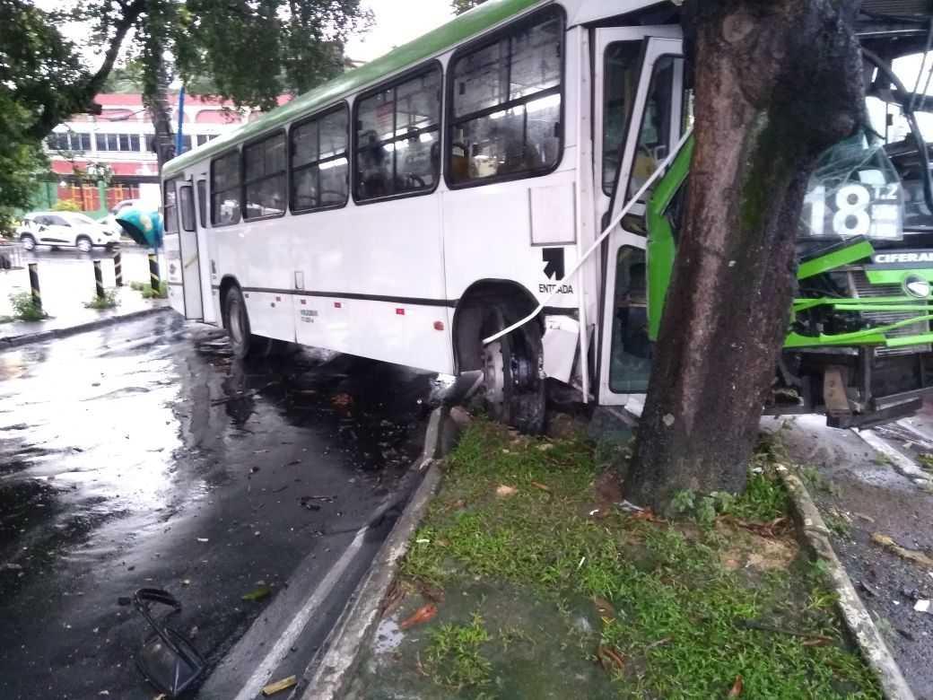 Ônibus da linha 118 colide em árvore na Zona Sul de Manaus - Imagem: Via Whatsapp
