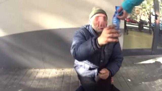 Youtuber dá bolacha com pasta de dente a morador de rua / Reprodução Youtube