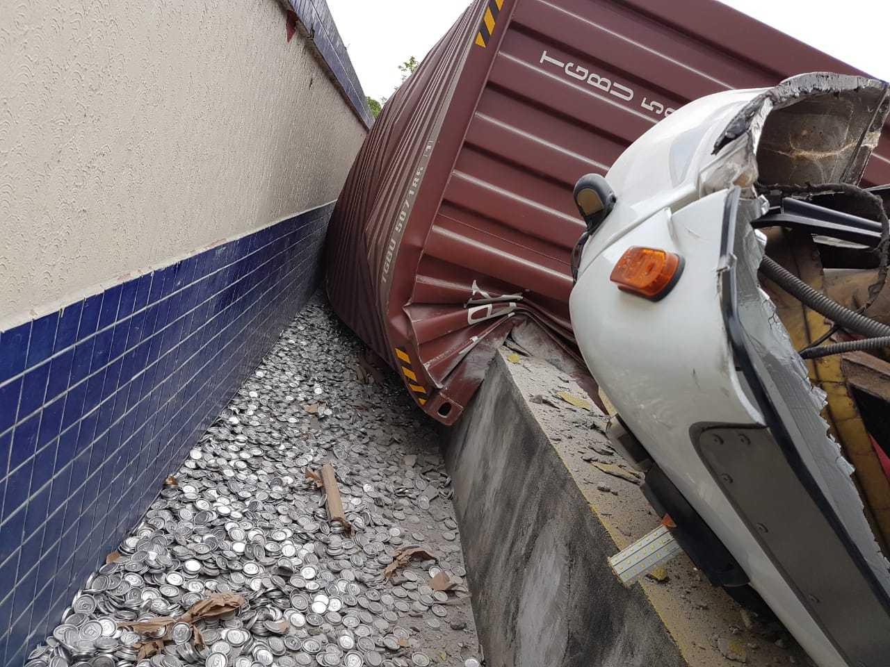 Carreta com container tomba na Avenida Efigênio Sales, em Manaus - Imagem: Via Whatsapp