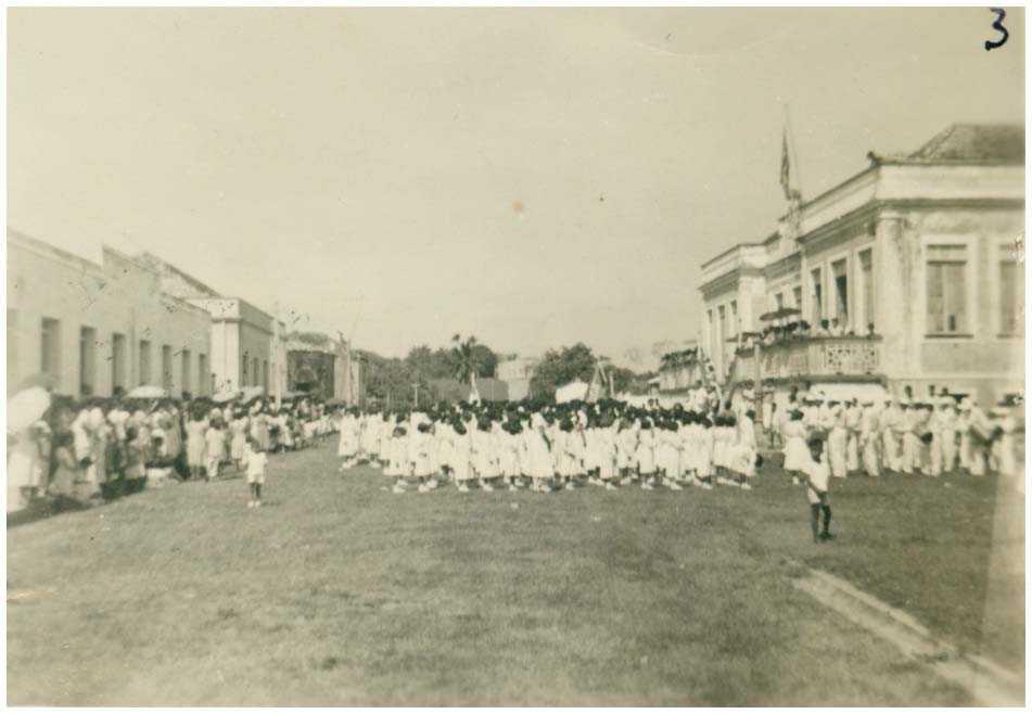 Desfile do Colégio Santa Tereza : Tefé, AM - [19--] / Foto : IBGE