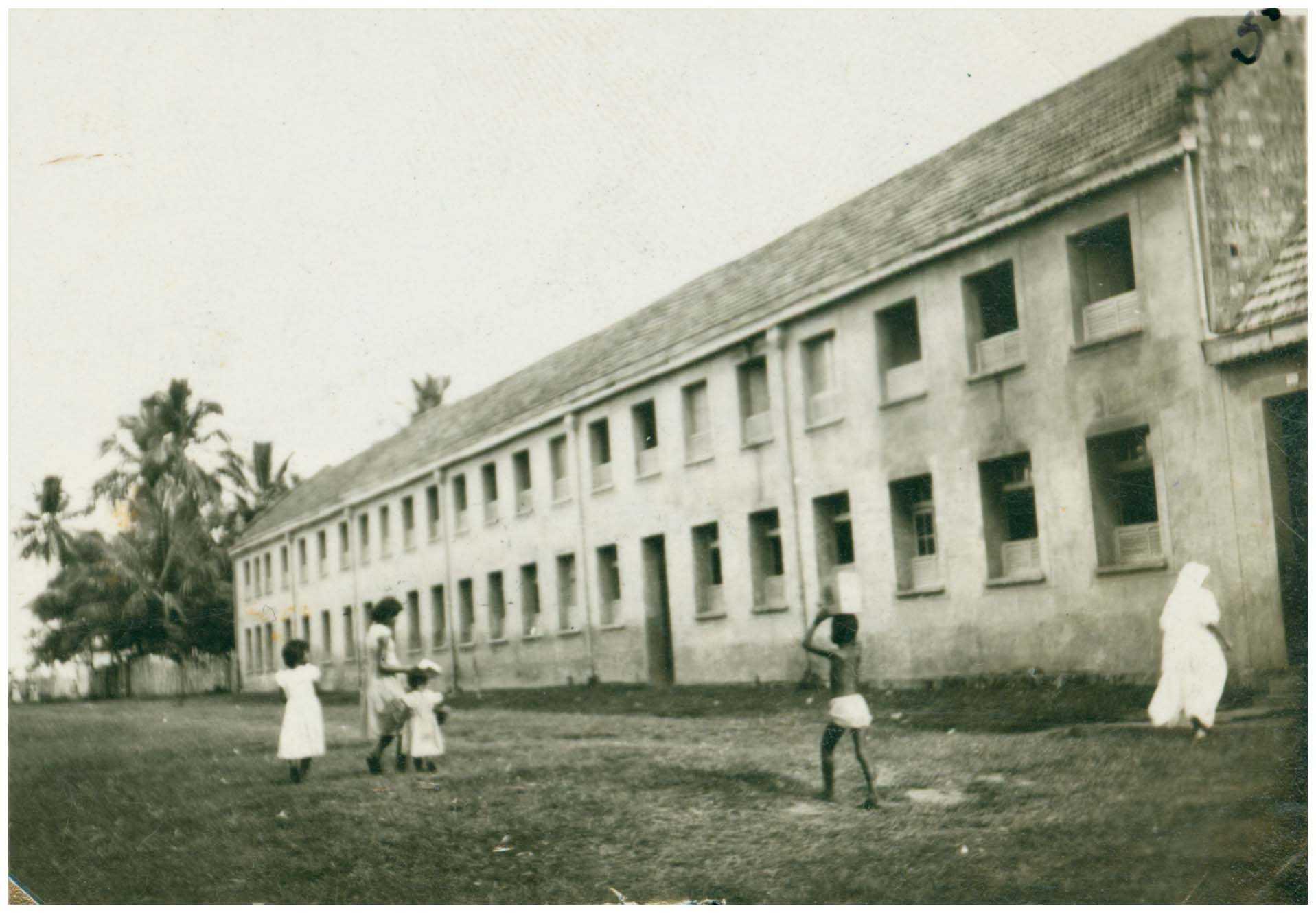 Colégio Santa Teresa e Escola Normal : Tefé, AM - [19--] / Foto : IBGE