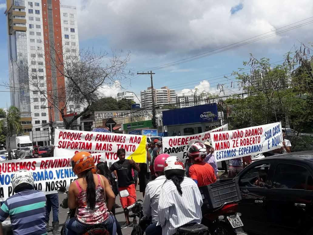 """Membros da FDN realizam manifestação em frente ao Fórum reivindicando que """"Mano João Branco"""" e """"Mano Zé Roberto"""" cumpram pena em Manaus - Imagem: Via Whatsapp"""