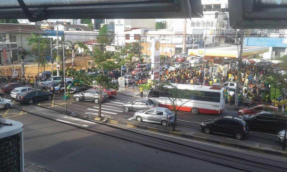 Motoristas fecham faixas da Constantino Nery, depois saem em carreata em apoio aos caminhoneiros, em Manaus - Imagem: Claudia Miranda
