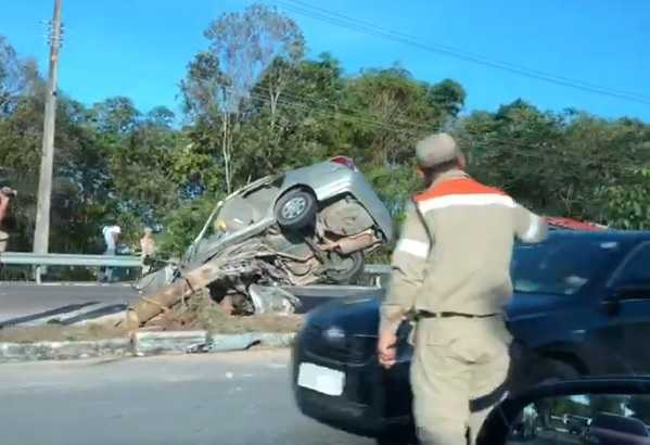 Mulher colide com poste e árvore após perder controle de veículo na Estrada da Ponta Negra - Imagem: Reprodução