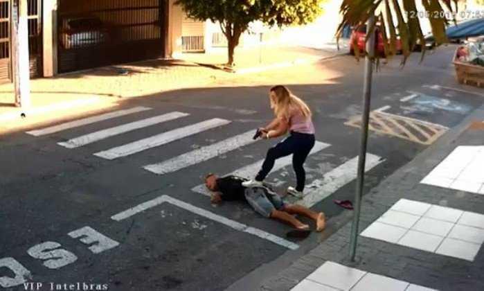 Policial militar reage a tentativa de assalto enquanto aguardava com a filha em frente a escola - Imagem: Reprodução