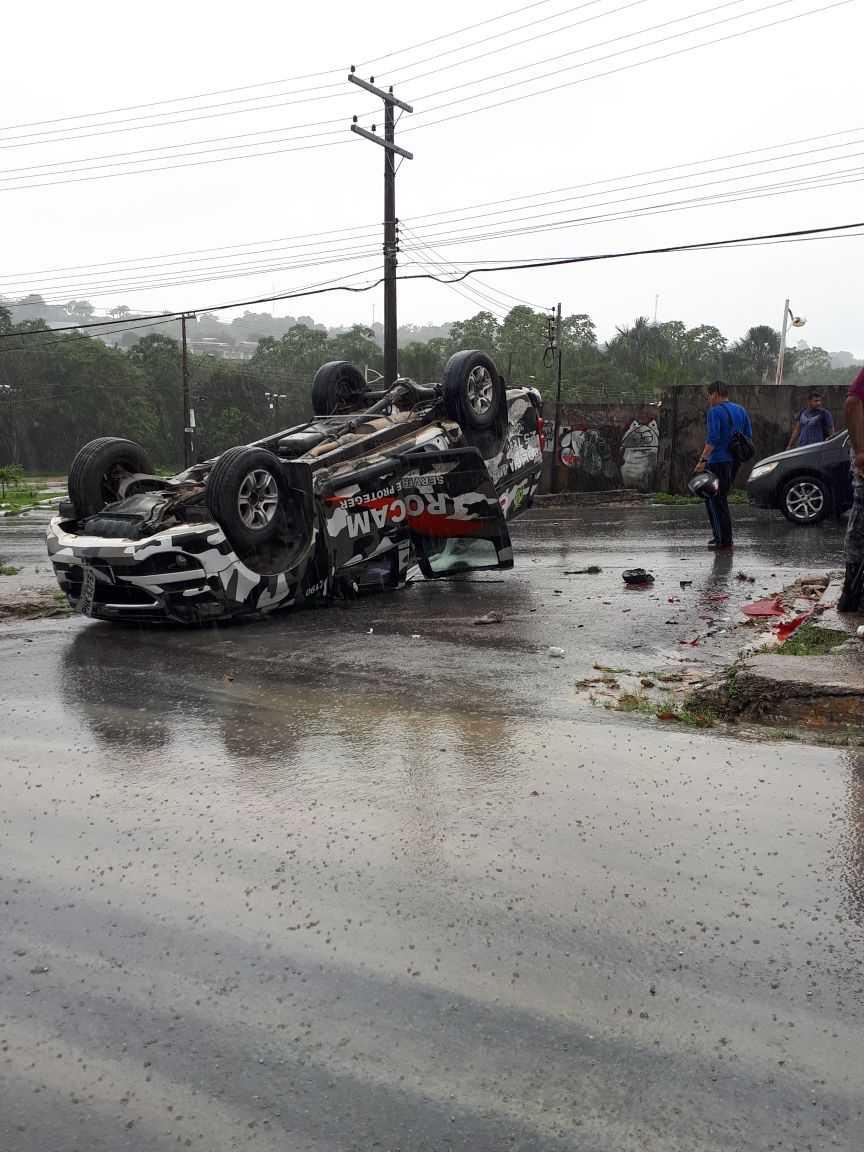 Viatura da PM capota durante chuva na zona norte de Manaus - Imagem: Divulgação