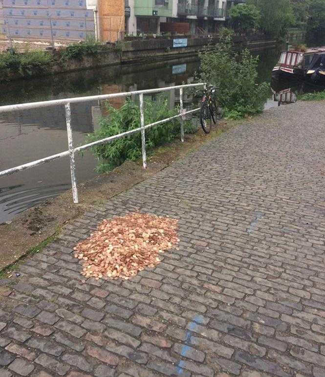 Em um experimento social, 15 mil moedas foram deixadas no chão para ver como as pessoas reagiriam / foto : Divulgação