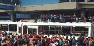 População revoltada quebra e incendeia dezenas de ônibus no Terminal 4, na zona Leste de Manaus