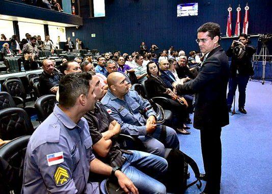 O presidente da Casa, deputado David Almeida (PSB) com representantes das categorias de policiais e bombeiros militares - Imagem: Dhyeizo Lemos