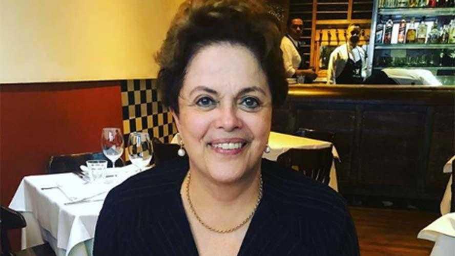 Dilma é surpreendida por recado inusitado em seu prato