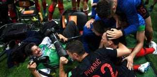 O fotógrafo da agência France Press durante a comemoração do gol que deu a vitória à seleção da Croácia. MICHAEL REGAN (GETTY/FIFA)