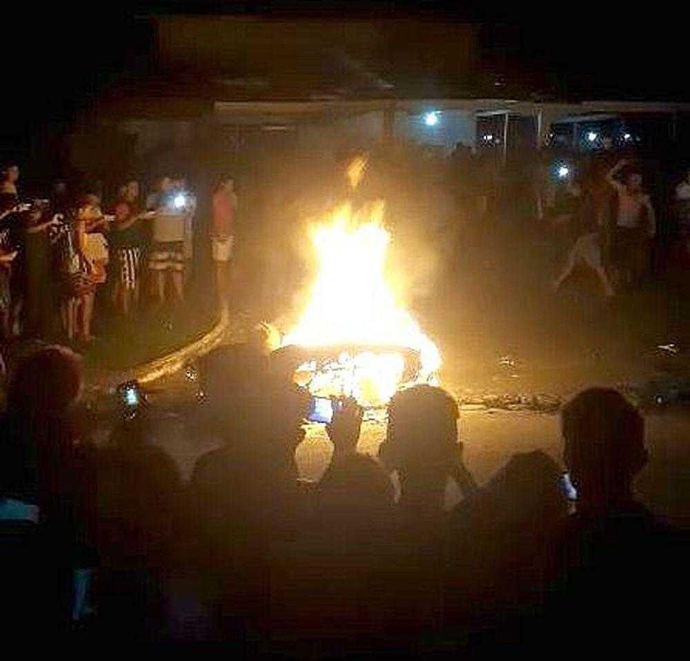 População arranca suspeito de matar adolescente da delegacia e faz justiça com as próprias mãos / Foto : Divulgação