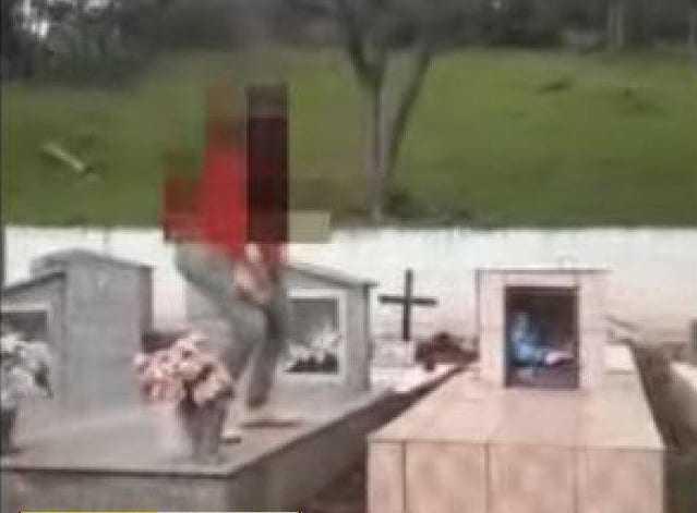Jovens dançam em cima de túmulo e vídeo choca a família