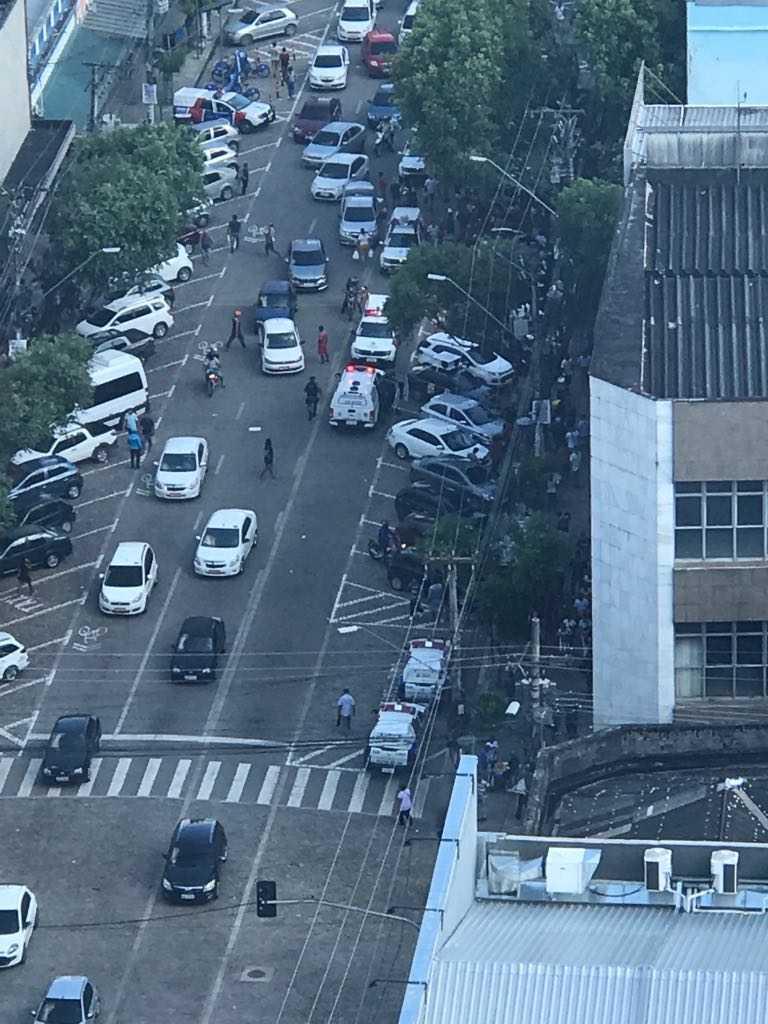 URGENTE Suspeito é baleado em frente de loja de eletrodomésticos na av Eduardo Ribeiro, em Manaus - Imagem: Via Whatsapp