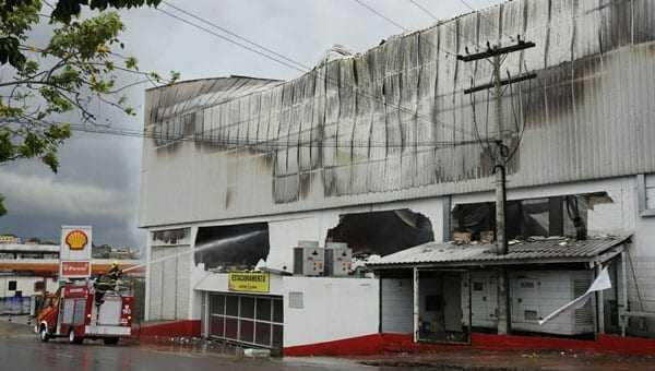 Incêndio atingiu supermercado no bairro Compensa (Foto: Adneison Severiano/G1 AM)