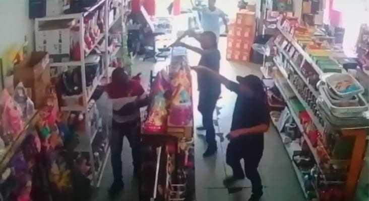 Homens fortemente armados assaltam mercadinho e matam homem com tiro na nuca no bairro Santo Agostinho