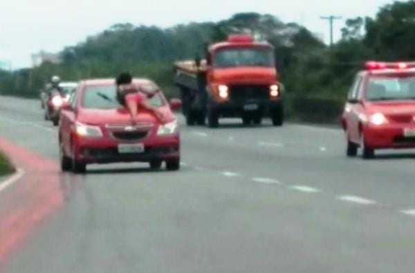 Menina louca sobe no carro do namorado em movimento depois da briga