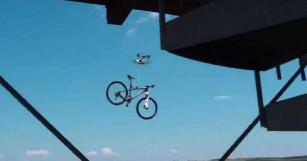 Vídeo flagra drone roubando bicicleta e choca cidade pequena