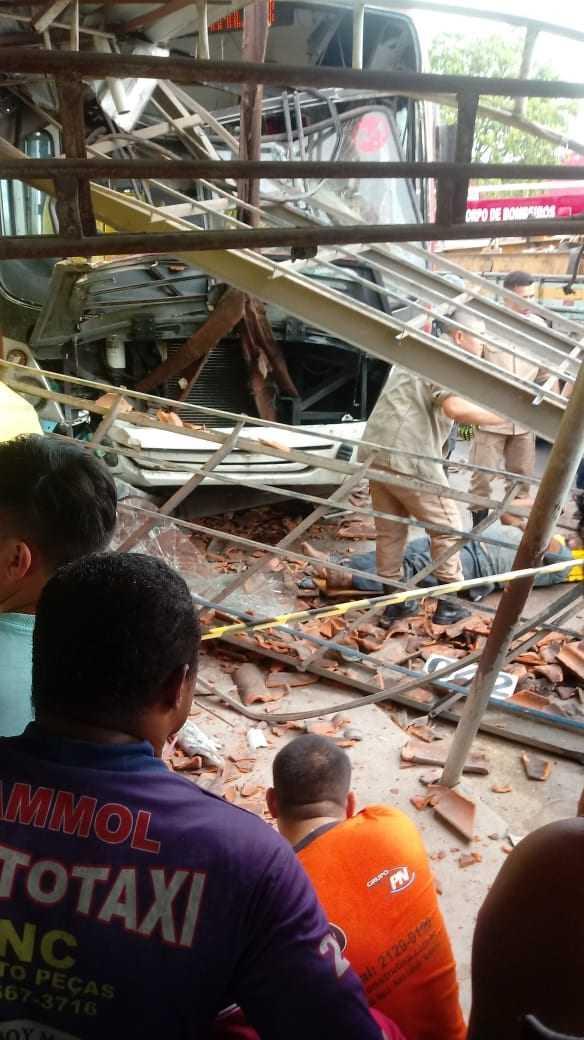 Ônibus da linha 042 invade parada, mata uma pessoa e deixa várias feridas - Imagem: Divulgação