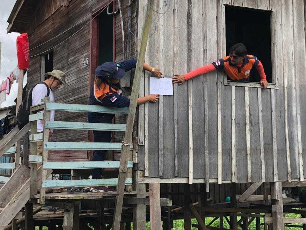 Agentes da Defesa Civil em trabalho de definição de cotas para enchente. / Foto: Divulgação/Defesa Civil