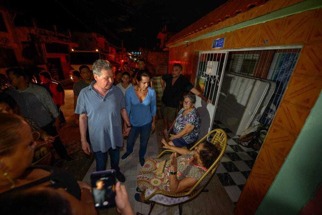 Prefeito Arthur acompanha atendimento as vítimas do incêndio. / Foto:Alex Pazuello/Semcom