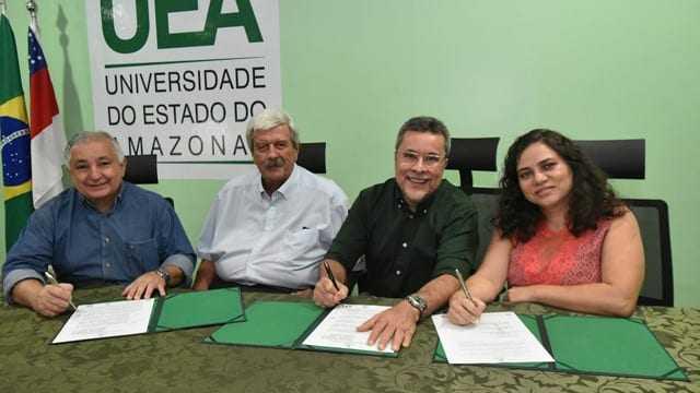 Estavam presentes na assinatura do termo, o Diretor da FUEA Elias Moraes de Araújo, o Fundador da ABOZ no Brasil Dr. Heinz Konrad, o Reitor da UEA - Dr. Cleinaldo Costa e a Coordenadora Geral do LABEST professora Eliana Marques Gomes da Silva. / Foto: Joelma Sanmelo/ASCOM UEA