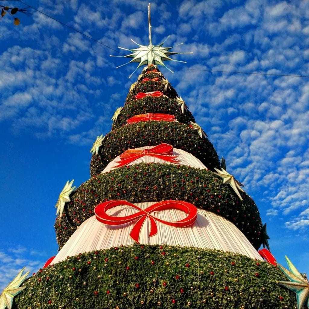 """A estrutura é a maior da capital. Inauguração do símbolo natalino, marca a abertura oficial na capital amazonense do """"Natal do Abraço""""."""