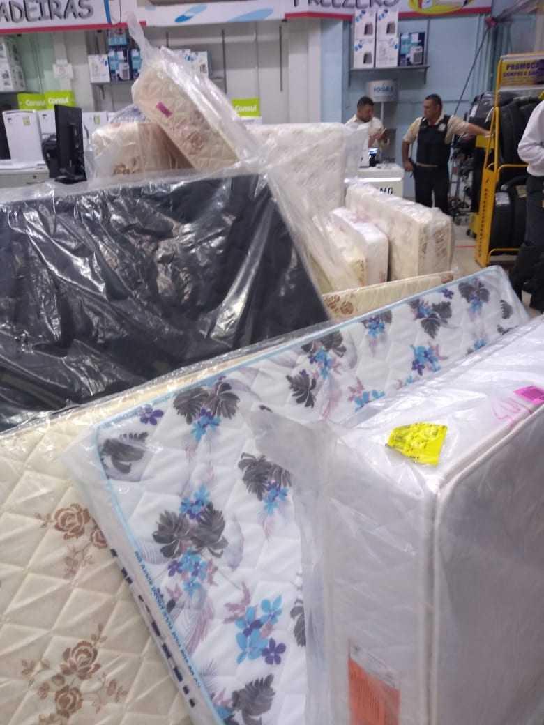 A loja de departamentos que fica próxima do local do incêndio, entregou colchões para as vítimas do incêndio desta segunda-feira (17). / Foto: Divulgação/WhatsApp
