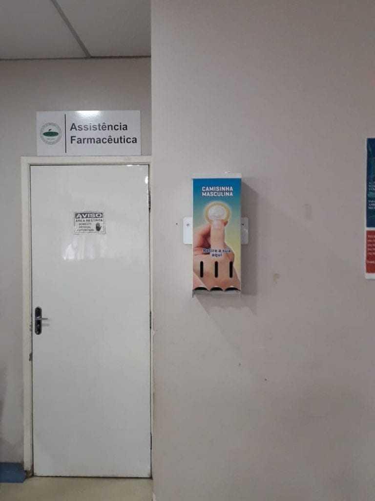 Dispenser com falta de preservativos / foto : Vanessa Campos