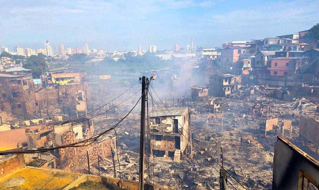 O bairro Educandos amanheceu em baixo de cinzas na manhã desta terça-feira (18) após um incêndio que destruiu cerca de 600 casas na Zona Sul de Manaus. / Foto: Divulgação