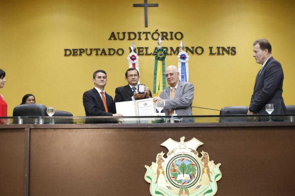 Serafim homenageia José Azevedo / Foto : Marcelo Araújo