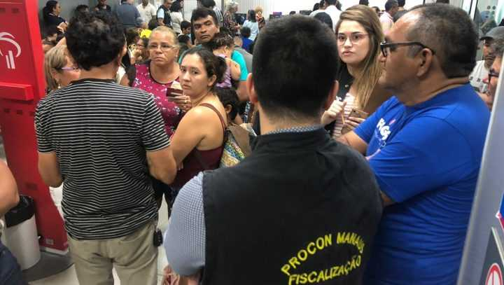 A fiscalização, além de supervisionar se o funcionamento dos bancos está de acordo com as normas da lei municipal, também orienta os consumidores sobre seus direitos. / Foto: Divulgação/Procon Manaus