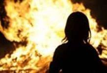 Pai ateia fogo à filha por excesso de uso de celular