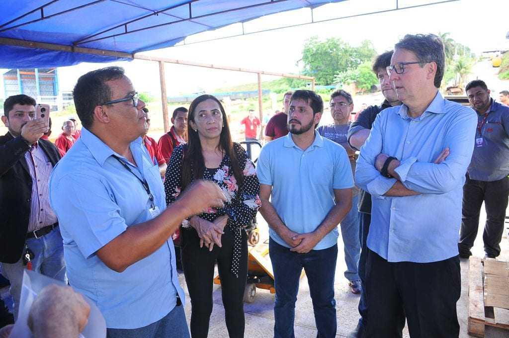 O futuro secretário de educação, Luiz Castro, e o secretário executivo da Seduc-AM, Luís Fabian Barbosa, acompanharam o embarque dos itens. / Foto: Divulgação Seduc-AM / Cleudilon Passarinho