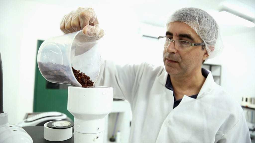 Empreendedor Jorge Carlos Neves disse que a nova linha de chocolates traz benefícios para a saúde digestiva e equilíbrio alimentar. / Foto: Barbara Brito/Fapeam